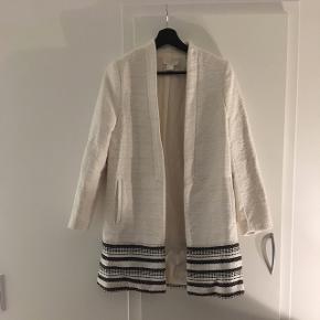 Hvid frakke fra H&M. Aldrig brugt grundet størrelse.  Ny pris 500 kr. Pris eksklusiv fragt.