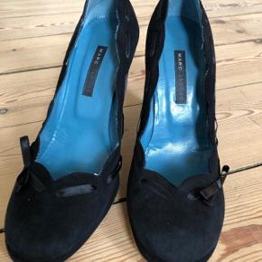 Smukke pumps fra Marc Jacobs. Sort suede. Brugte en gang. Fejler intet. (Når man købe sko uden at prøve dem, bare fordi de er fra Marc Jacobs og på udsalg. )😉 Str 37.  Byttes ikke.