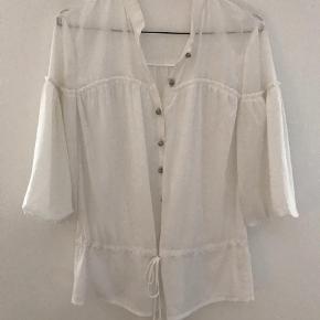 Varetype: 3/4 ærme Farve: Hvid Prisen angivet er inklusiv forsendelse.  Super fin skjortebluse med bindeeffekt. En smule gammemsigtig, men det ser bare flottere ud. Den er så fin til evt hvide bukser eller en nederdel. Ærmerne har ligesom lidt poseeffekt. Så flot! BYD!