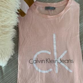T-svier fra Calvin Klein Jeans i en fin Rosa farve💓  Trøjen er næsten ikke brugt og i rigtig god stand, dog plet på den hvide tekst (billede er lagt op), men det lægges ikke mærke til når den er på  BYD💗