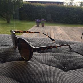 Solbriller fra ukendt mærke.  Som en fed detalje går glasset ud over stellet.   #sundaysellout