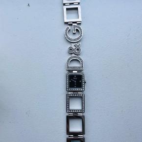 Varetype: Armbåndsur Størrelse: Se Farve: Sølv  Sølv Dolce & Gabbana ur med sten sælges. Aldrig brugt. Æske medfølger.  Kom med et bud :)
