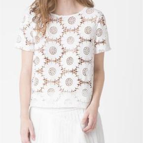 Varetype: Bluse Farve: Hvid Oprindelig købspris: 900 kr.  Fin blondebluse.  Bytter ikke
