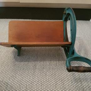 En gammel model af en brødskærer. Masser af patina og flot til indretning. Mærke: Ginge.