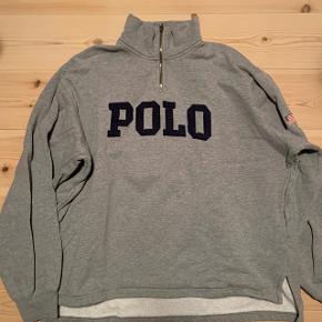 En vintage Polo Sport Ralph Lauren sweater  Brugt, med en lille fejl - Ellers i super fin stand  En lille plet på trøjen, dog ikke særlig tydelig. (se 3. billede)