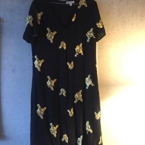 Smuk oversize kjole med V-hals og guldbroderi.   Jeg kan mødes i KBH og handle, eller sende med posten, hvis køber betaler porto.