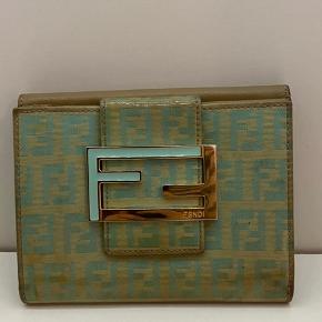 Fendi pung i det smukkeste mint zucca monogram  Perfekt til den matchende fendi taske på siden  Pris for pungen 895,-           Pris for pungen plus tasken 4295,- inkl moms
