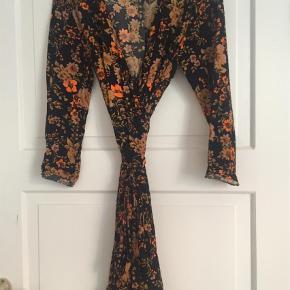 Varetype: Andet Farve: Sort Oprindelig købspris: 800 kr.  Fin slåom kjole..... brugt 2 gange..... bytter ikke