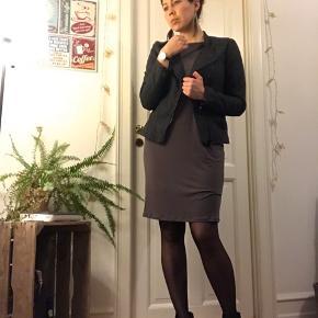 Lækker kjole fra esprit sælges. Sidder super fint .  Kan afhentes på Amagerbro eller sendes ved købers betaling .