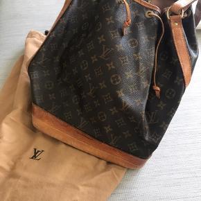 Den klassiske Louis Vuitton taske, den er brugt og slid men den stadig helt funktionel.