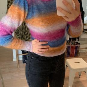 Smuk sweater fra custommade i str small.  Model : daisy   Fast pris + fragt.  Ved køb af 2 af mine varer, gives fri fragt.