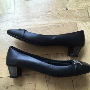Ubrugte damesko fra Betty Blue. Sorte læder pumps.