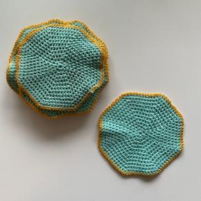 Hæklede mellemlægs servietter  11 stk, som nye i mint med gul kant  Kan sendes og leveres i Aarhus og omegn.