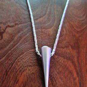 Halskæde med vedhæng Kæde Længde 42 cm. Pris : 100 kr.