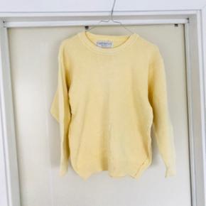 Gul sweater - perfekt til sommeren! Obs: der er en lille lyserød plet nederst (se sidste billede)