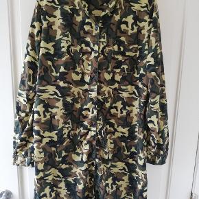 Behagelig natskjorte med army-print i glat materiale. Brugt 1-2 gange. Tager ikke billede af tøjet på. 🌺