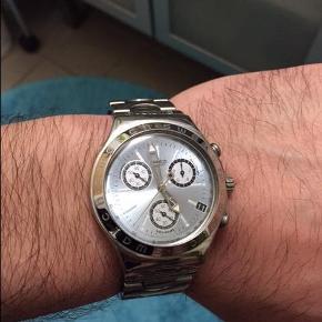 Brand: Swatch Varetype: Uret Størrelse: Alm. størrelse Farve: Sølv Oprindelig købspris: 2000 kr. Prisen angivet er inklusiv forsendelse.  Næsten helt nyt ur fra Swatch sælges. Kom med et bud.