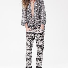 Cool oversized skjorte fra Isabel Marant x H&Ms kollektion. Den hR hægter, så du selv kan bestemme hvor opknappet den skal være. Smukke puffy ærmer der falder så flot!