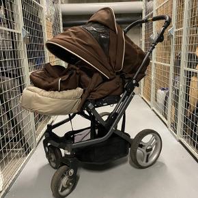 Klapvogn af mærket Quadro.  Minimal slid, næsten som ny. Har 2 indstillinger i sædet. Styret kan også indstilles i forskellige højder. Aftagelig foret kørepose. Nem at klappe sammen. Vandafvisende kaleche.