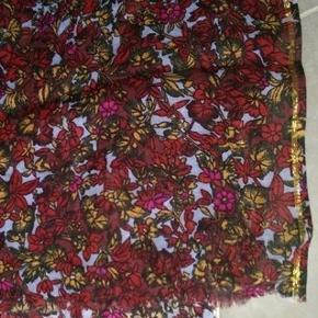Stort lækkert tørklæde/ sjal fra Bechsøndergaard, mål 107 x 184cm. Tørklædet er lyseblå i bunden, med blomsterprint i karrygul, rød, paprika, grønt og pink. Der er indvævet en guld tråd i siderne af sjalet Spørg endelig :-)