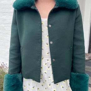 Flaskegrøn jakke med aftagelig pelskrave og pelsærmer. Størrelse XS/S
