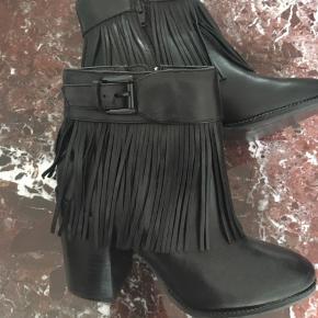 Kostede 1000 kr fra ny. Flotte støvler med god solid hæl. Ca. 9 cm.   Aldrig brugt.   Bytter ikke. Køber betaler Porto