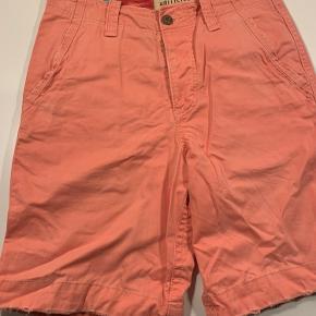 Hollister shorts. 100 pct bomuld. Mærket str 28, men reelt en dansk str 30. Livvidde 80 cm, benvidde 54 cm, længde 52 cm.