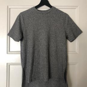 Fin t-shirt med slids i begge sider og mere længde bagtil ✨