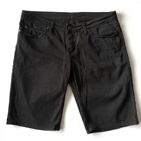 Carhartt denim Shorts str. 30 (svarer til S) Gmb - ok stand  Farve: Sort Indv. benlængde : 28 cm Hel længde: 50 cm Liv: 2x46 cm   Pris: 100,- plus porto.  Fast pris  Sender med DAO :-)  Flere billeder haves IKKE  #30dayssellout