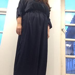 Gulvlang kjole med lille slids bagpå. Brugt en gang