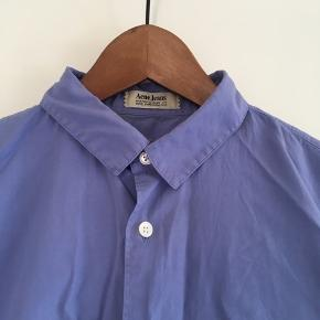 Flot skjorte korte ærmer fra Acne Studios i blå i str. 48. Den er som ny. Pris: 200 kr. eller andet godt bud!   (Søgeord: t-shirt, Acne Jeans)