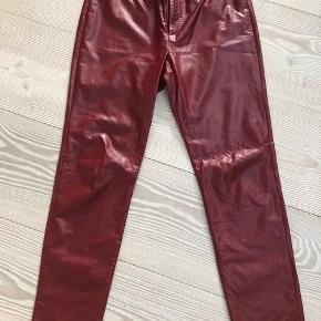 Isabel Marant Etoile røde fake læder bukser str 42 købt på Net-a-Porter til kr 1985, sælges billigt da der er kommet rift, se foto. Ellers pæne