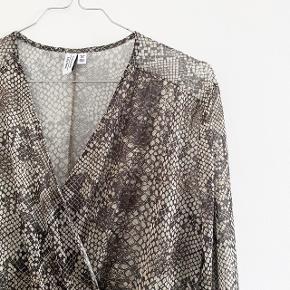 & Other Stories kjole i snakeprint, kjolen er i mesh   størrelse: 36   pris: 150 kr   fragt: 37 kr ( 33 kr ved TS handel )