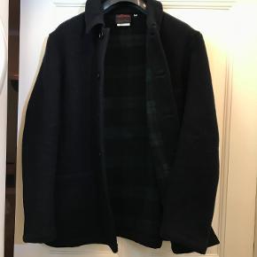 Ny og ubrugt uldjakke fra de franske jakke-connoisseurs i Vetra. Navyblå. Størrelse 44 svarende til M/L. Model: Workwear Double Face Melton Jacket