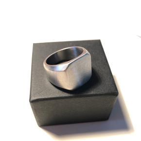 Simpel ring i børstet stål Diameter: 19mm