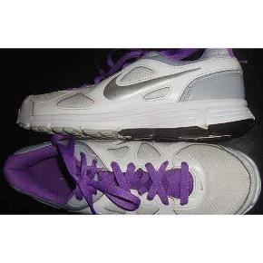 Flotte hvide Nike Revolution sneakers i str 41, indvendig længde ca.26,5 cm.   porto 44 kr
