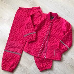 Lyserødt termotøj - jakke og bukser, str. 134, Basecamp, er som nyt. 10% af prisen går til Kræftens Bekæmpelse (Team Vejdik, Stafet For Livet) Se mere på mostermette.dk (IG761)
