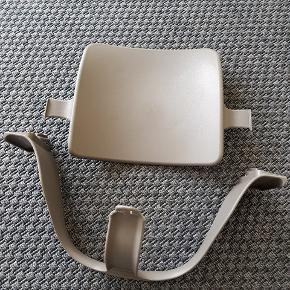 Stokke Tripp Trapp baby set, grå.  Tripp Trapp®babysættet inkluderer siddebøjle og babyrygplade. Babyrygpladen kan hægtes på den originale Tripp Trapp® stol, hvilket støtter og flytter dit barn fremad i sædet. Ved at bringe dit barn tættere til den optimerede siddebøjle giver babyrygpladen forøget støtte og stabilitet, såvel som den lader dit barn sidde tættere på dig ved bordet.   Tripp Trapp® babysættet giver optimal sikkerhed, når barnet sidder i løbet af de første måneder og år af dets liv, og fortsætter indtil den tid, hvor dit barn er i stand til selv at kravle ind og ud af deres stol. Fremstillet af materialer, der er lette at rengøre, inklusive forstærket og robust plastik i polypropylen. Gør det let at aftørre, rengøre og vedligeholde Tripp Trapp® babysættet. Babyrygstøtten kan også tåle at komme i opvaskemaskinen.