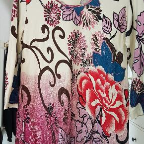 Lækker sommerkjole i 100% bomuld fra Marisota. Mange farve og paliet detaljer samt 3/4 ærmer.  BM: 2x51cm + stræk Længde: 83cm Ærmer: 51cm Talje: 2x45cm