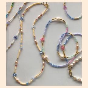 Perle halskæde beige Ferskvandsperler og små blomster Lås: forgyldt sterlingsølv (26kr i indkøb)  Mål: ca 36 cm 💌 Prisen er inkl Porto med postnord   #trendsalesfund  Se mine andre annoncer med smykker