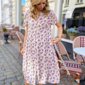 Smuk kjole med det fineste print. Model Aliya og str L Ny pris 800 Sælges for 420 inkl dao via mobilepay Bytter ikke