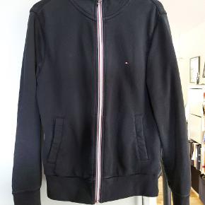 Sindssyg lækker sweatshirt med lynlås fra Tommy Hilfiger, passer perfekt til efteråret og vinteren. Skriv gerne hvis der er spørgsmål 😊