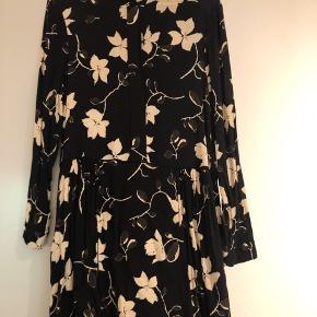 Fin Ganni kjole 🌸 Lille bitte hul ved lynlåsen i nakken (som i øvrigt ikke ses) - deraf prisen.