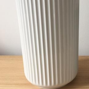 Lyngby vase 25 cm Rigtig flot og har kun haft en buket  i en enkelt gang. Afhentes i Kolding eller sendes på købers ansvar