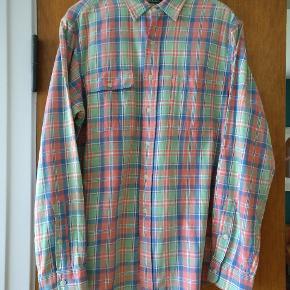 Flot ternet skjorte i ren bomuld og med lommer front. I rigtig fin condition  Mp 300