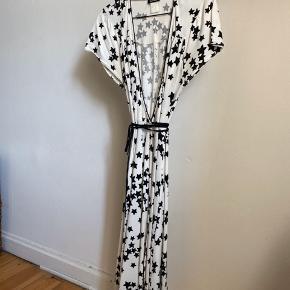 Slå om kjole med sorte stjerner.