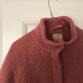 """Ichi """"Udia Ja"""" frakke i rosa str. S 🐙 Materiale: 50% uld og 50% polyester   Byd gerne kan både afhentes i Århus C eller sendes på købers regning ✉️📮"""