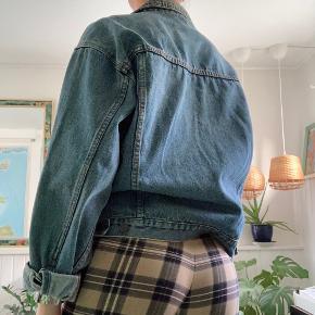 Mega fed T.N.T. denim jakke. Jean stoffet er slidt hvilket kun gør den flottere. Den sidder virkelig flot og er en god størrelse, hverken for oversize eller for lille.