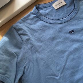 Wood Wood t-shirt i størrelse medium - kan også fint passes af small. Vasket et par gange, men ser ud som ny og uden tegn på slid.