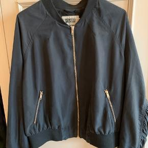 Weekday jakke str. L. Jeg bruger normalt S eller M i jakker og kan sagtens passe denne :)